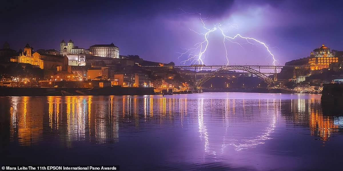 Αυτή η καταπληκτική εικόνα μιας αστραπής πάνω από το Πόρτο της Πορτογαλίας, τραβήχτηκε από τη Βρετανή φωτογράφο Mara Leite