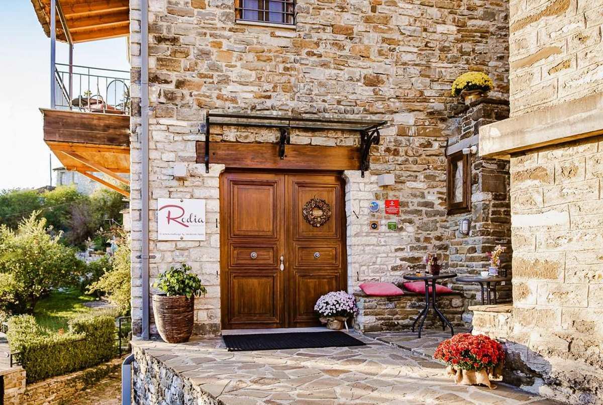 Η είσοδος του ξενώνα Rodia Boutique, Κήποι, Ζαγόρι