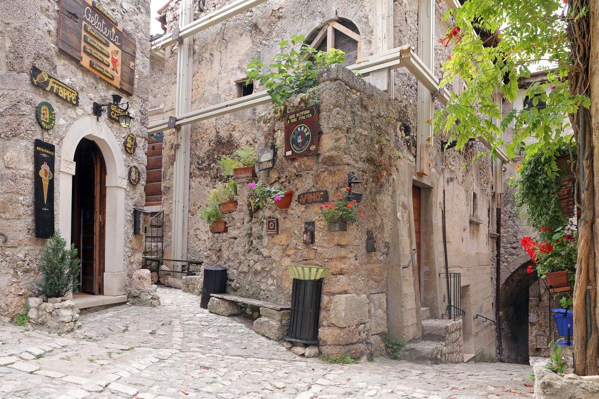 ωραιότερα χωριά της Τοσκάνης Santo Stefano di Sessanio πέτρινα σπίτια
