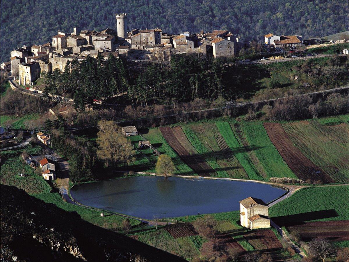 ωραιότερα χωριά της Τοσκάνης Santo Stefano di Sessanio πανοραμική με τη λίμνη