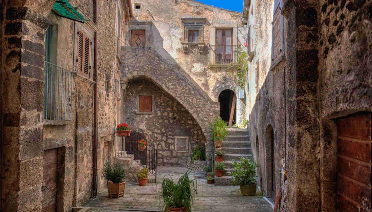 ωραιότερα χωριά της Τοσκάνης Santo Stefano di Sessanio ανθισμένα δρομάκια