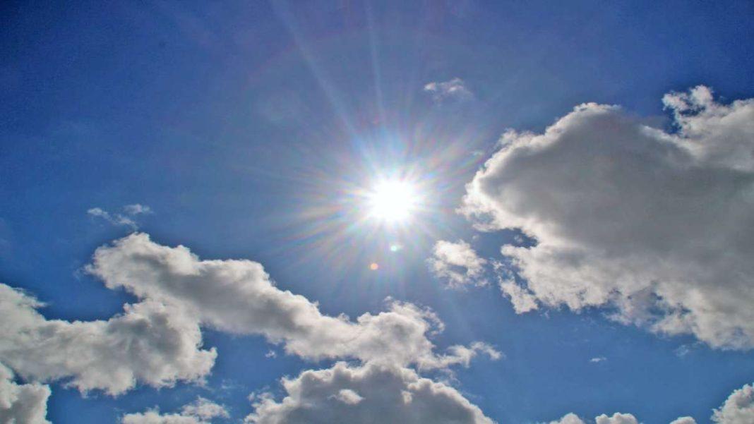 ουρανός ήλιος και σύννεφα