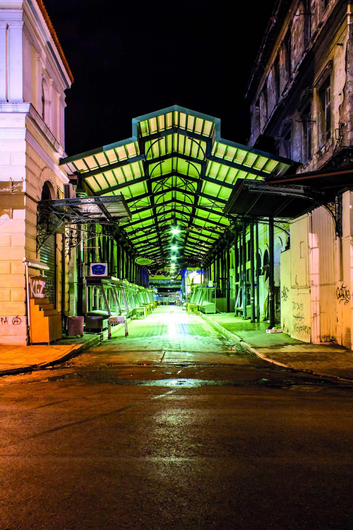 Βαρβάκειος Αγορά, είσοδος, βράδυ
