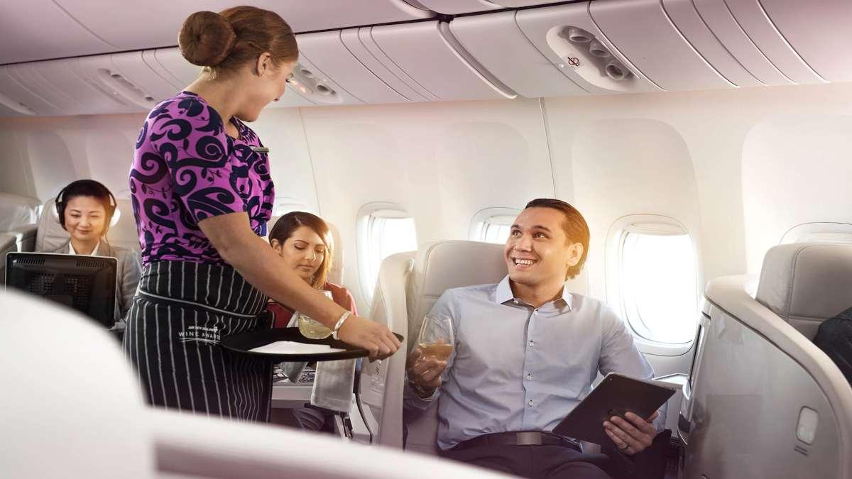 Αεροπλάνο της Air New Zealand αεροσυνοδός με επιβάτες στην καμπίνα