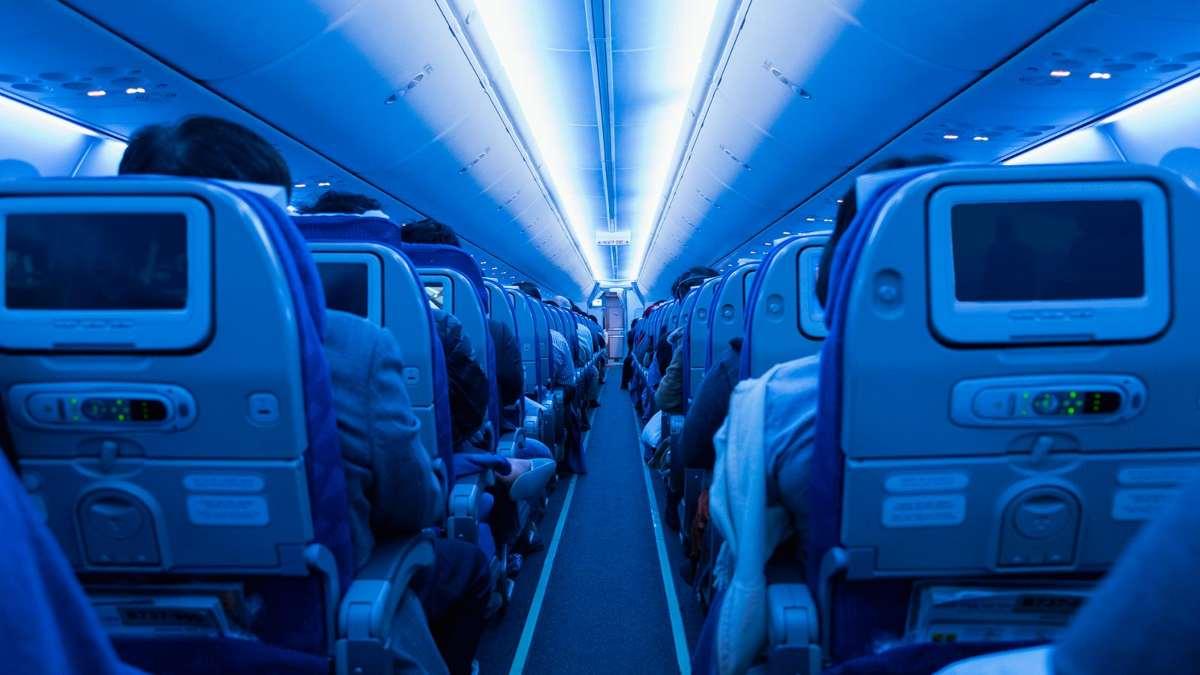 αεροπλάνο καμπίνα φωτισμένη επιβάτες
