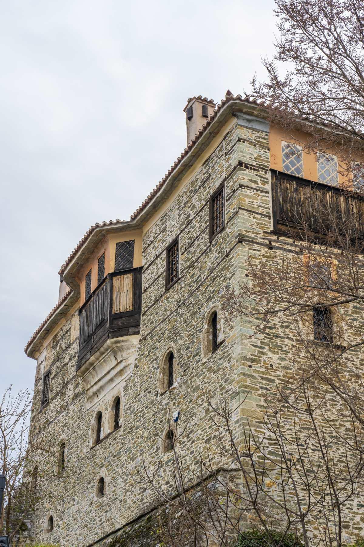 Αμπελάκια Λάρισα, πέτρινο κτήριο