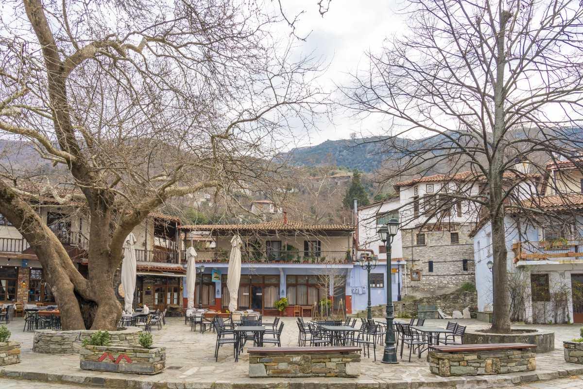 Αμπελάκια Λάρισας, στην πλατεία του χωριού