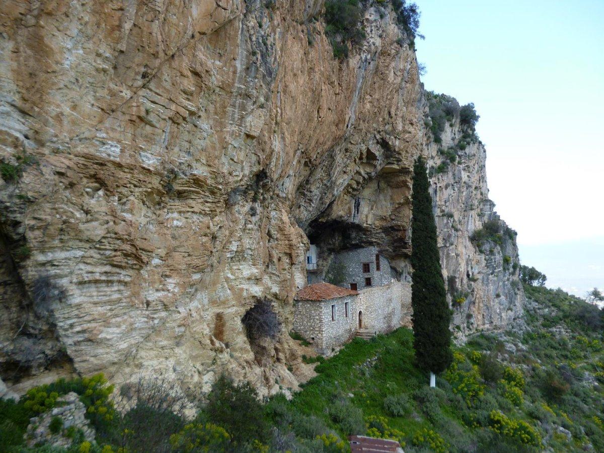 Αναβρυτή χωριό Ταυγετος εκκλησάκι στον βράχο