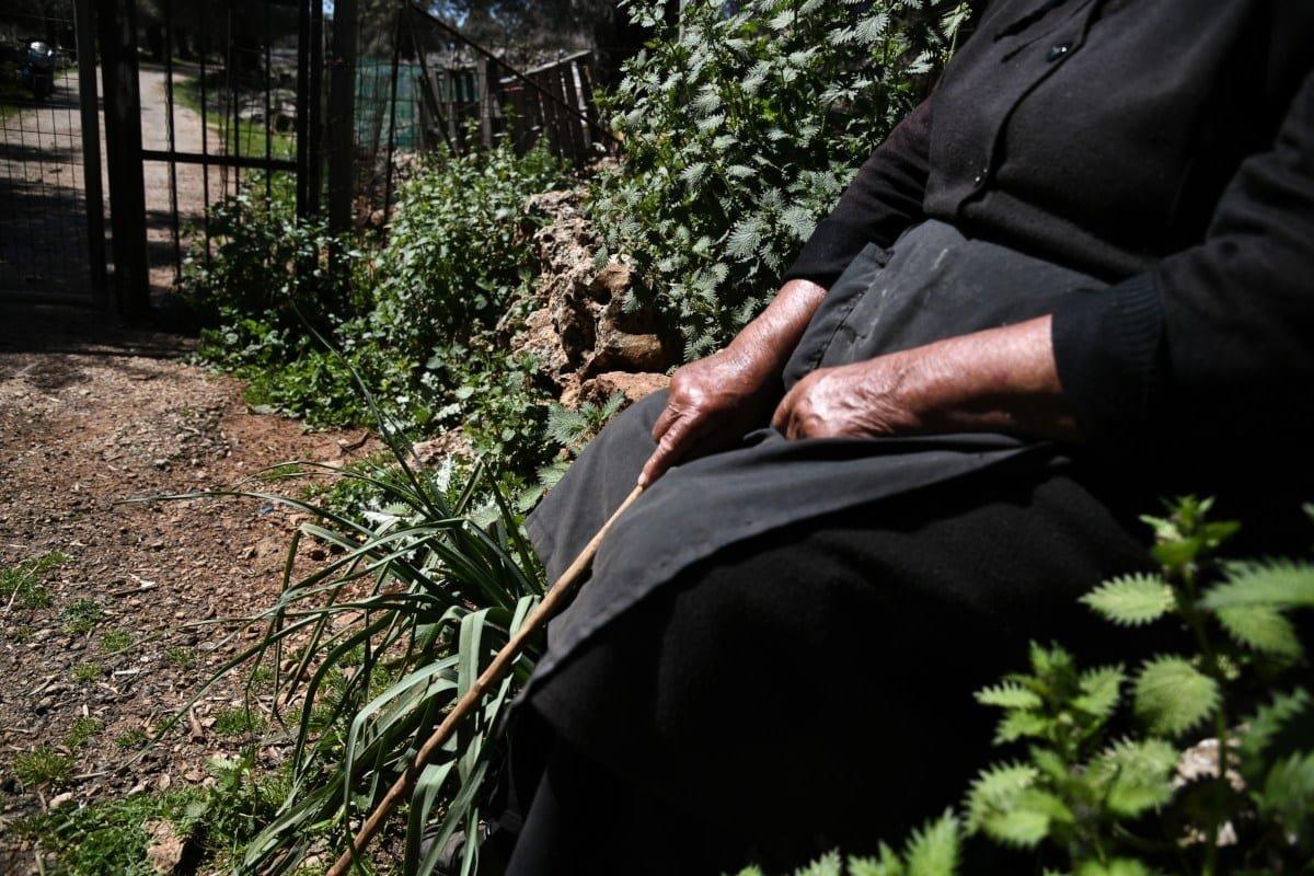 Αράδαινα Σφακίων κάτοικος σε αυλή