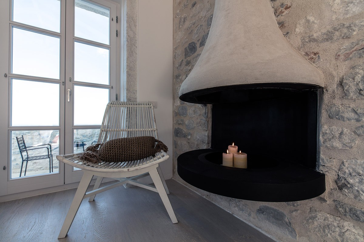 Aria Estate Suites & Spa ξενοδοχείο Αρεόπολη τζάκι δωμάτιο