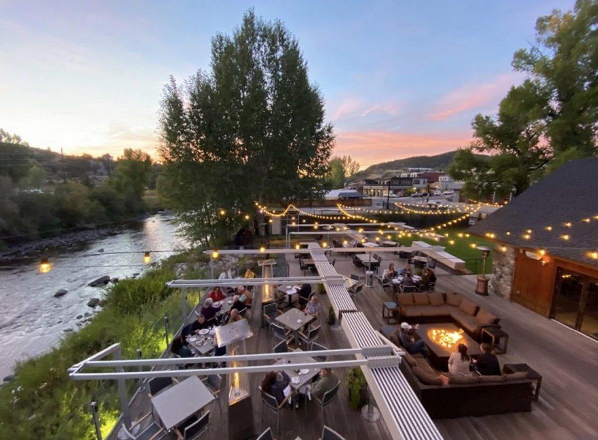 Εστιατόριο χειμώνα Aurum Food & Wine σόμπες και φωτιές εξωτερικός χώρος