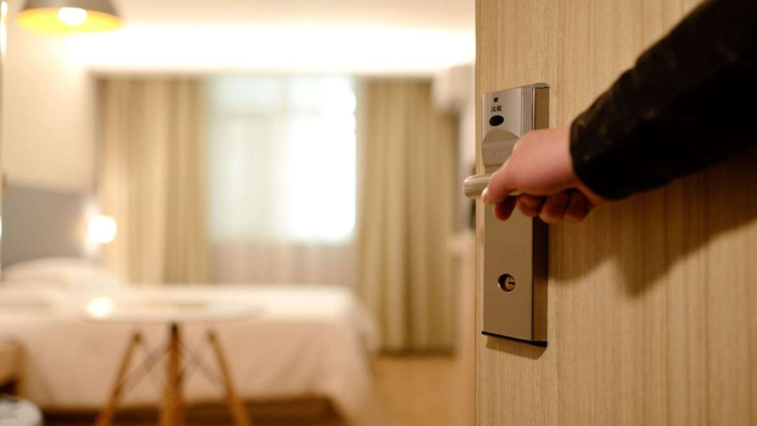 πόρτα δωματίου ξενοδοχείου ανοίγει