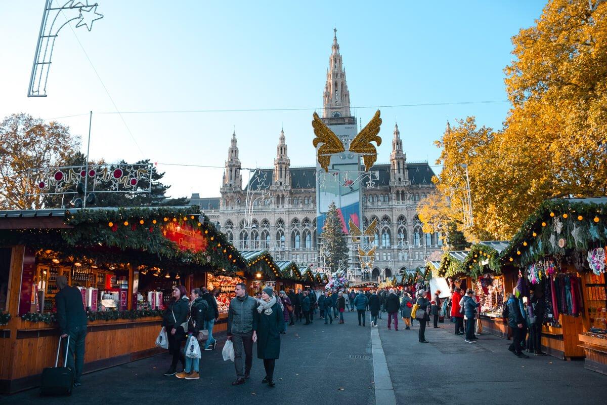 Χριστουγεννιάτικη αγορά με κόσμο στη Βιέννη που θα ανοίξει τις γιορτές