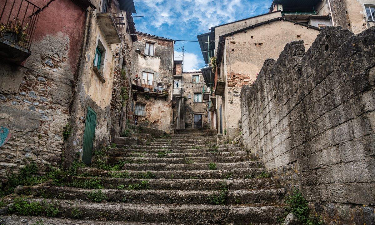 Cinquefronti χωριό πωλείται για 1 ευρώ πέτρινα ερειπωμένα σπίτια