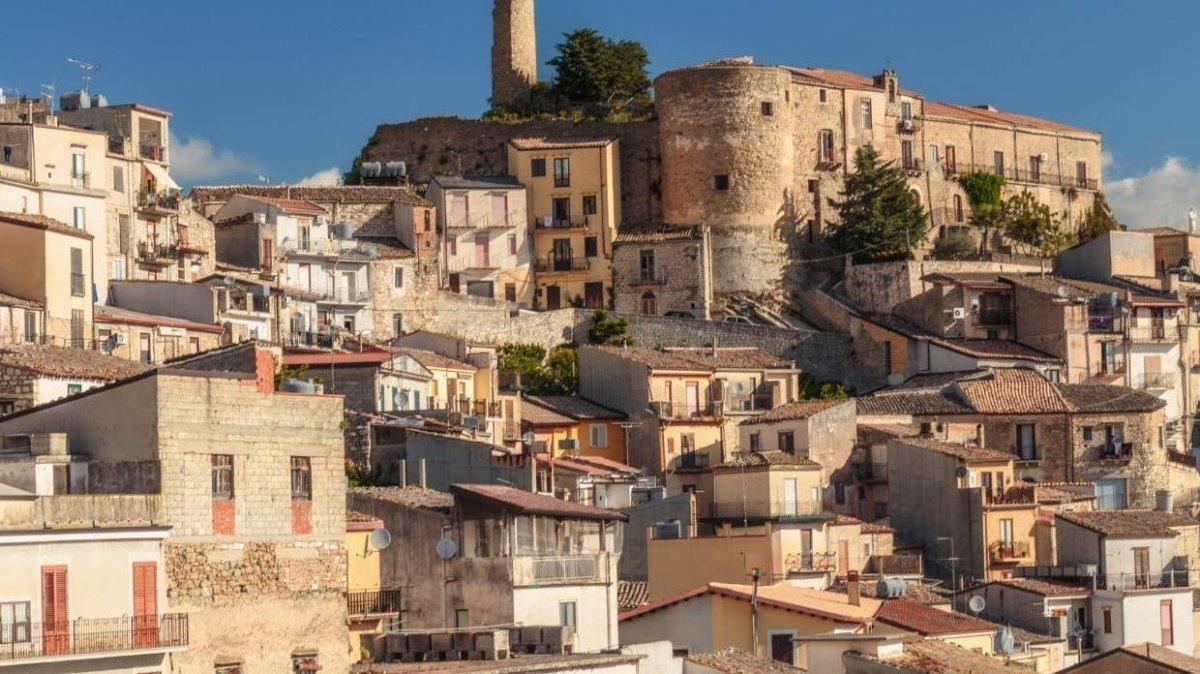 Cinquefronti χωριό πωλείται για 1 ευρώ πέτρινα σπίτια