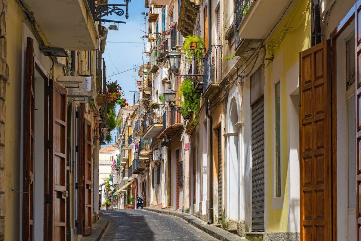 Cinquefronti χωριό πωλείται για 1 ευρώ δρόμος με όμορφες κατοικίες