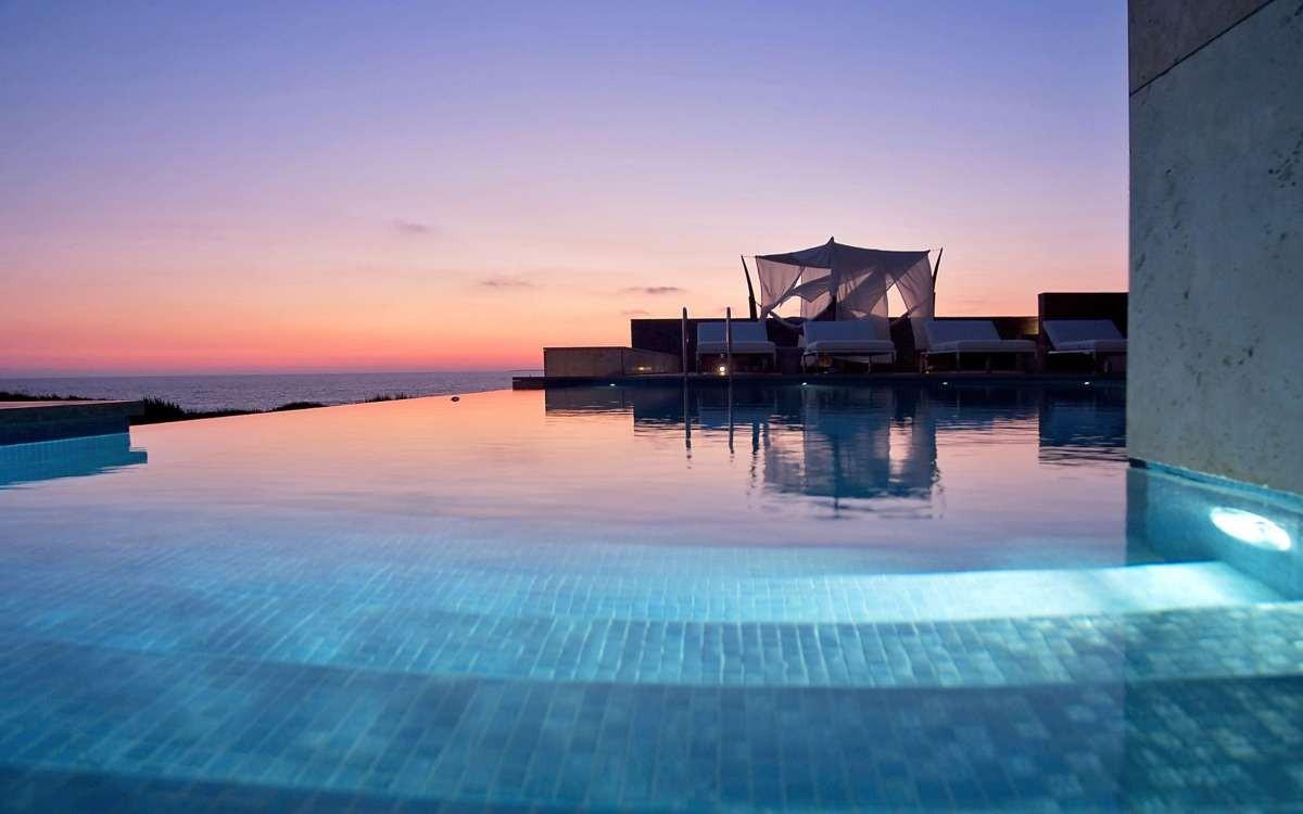 costa navarino καλύτερο ξενοδοχείο πισίνα βράδυ