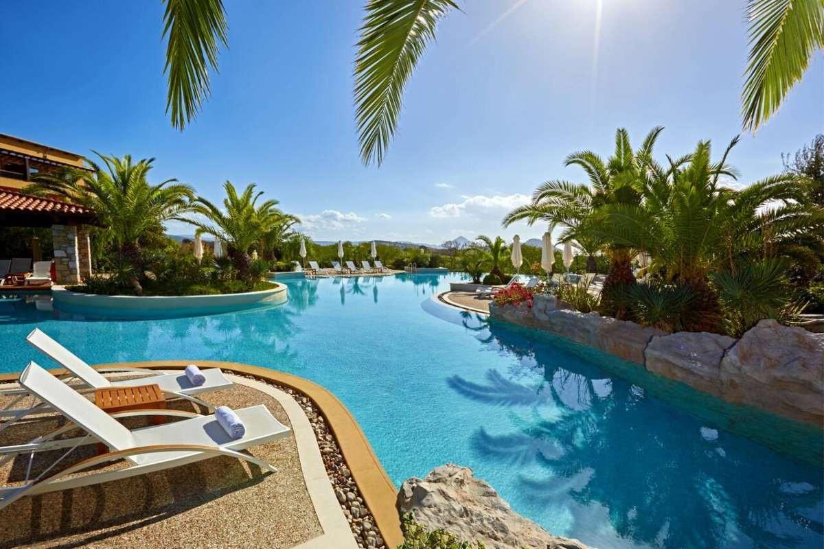 costa navarino καλύτερο ξενοδοχείο πισίνα σουίτα