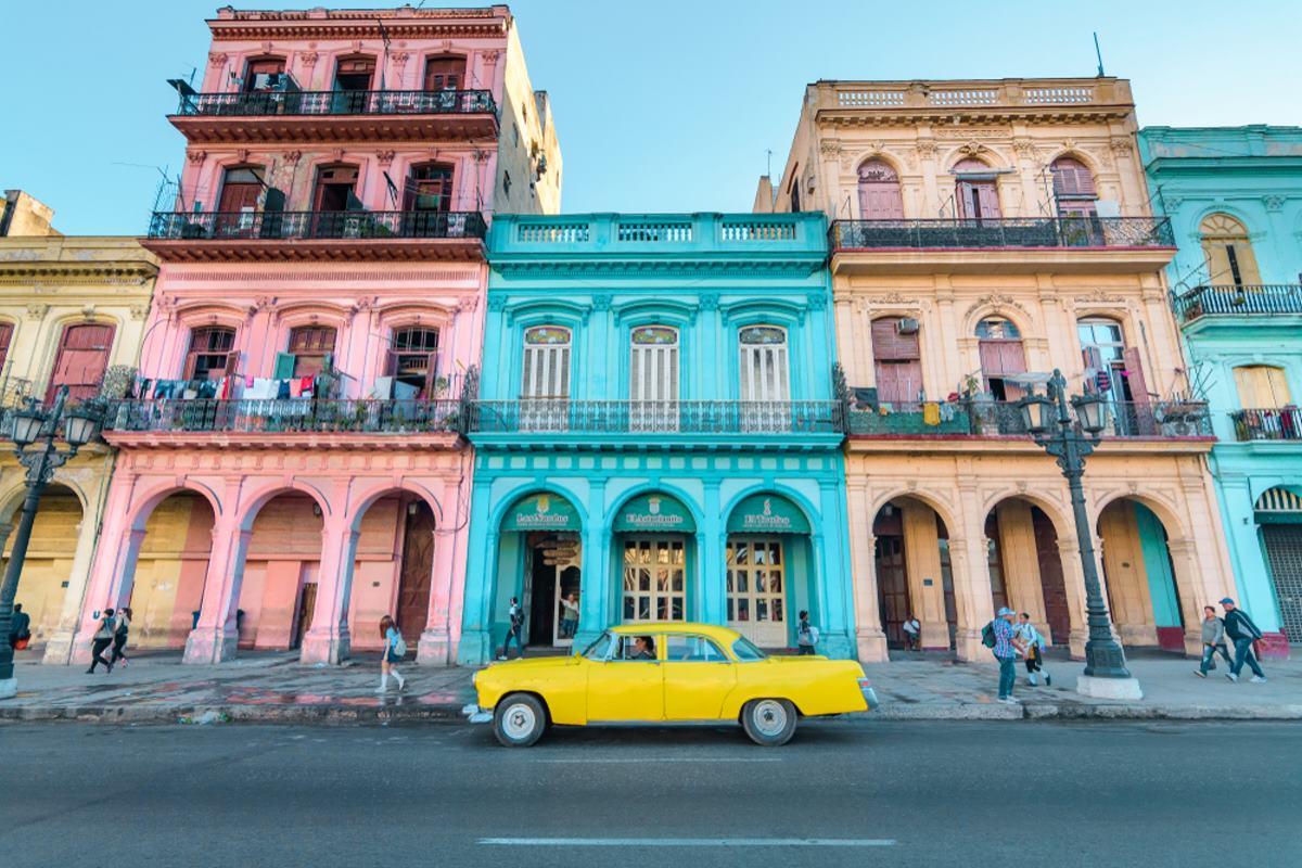 Κούβα πολύχρωμα σπίτια και κίτρινο αυτοκίνητο