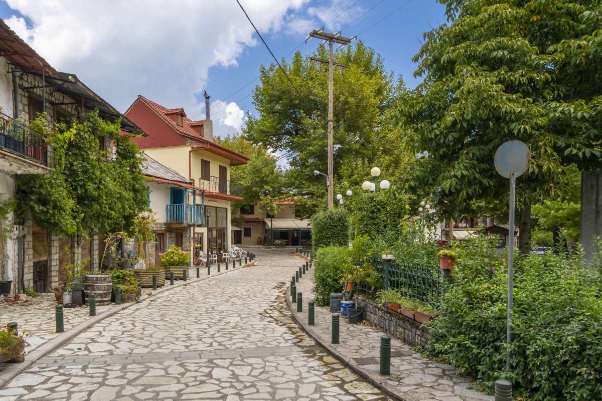 Δομνίστα, Ευρυτανία, στο κέντρο του χωριού