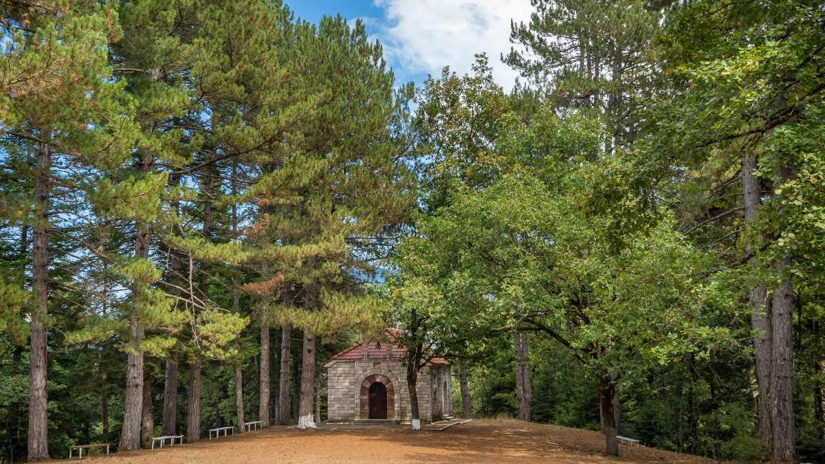 Aνακαλύπτουμε 3 «κρυμμένα» χωριά της Στερεάς Ελλάδας μέσα στη φύση με... περίσσεια ομορφιά!