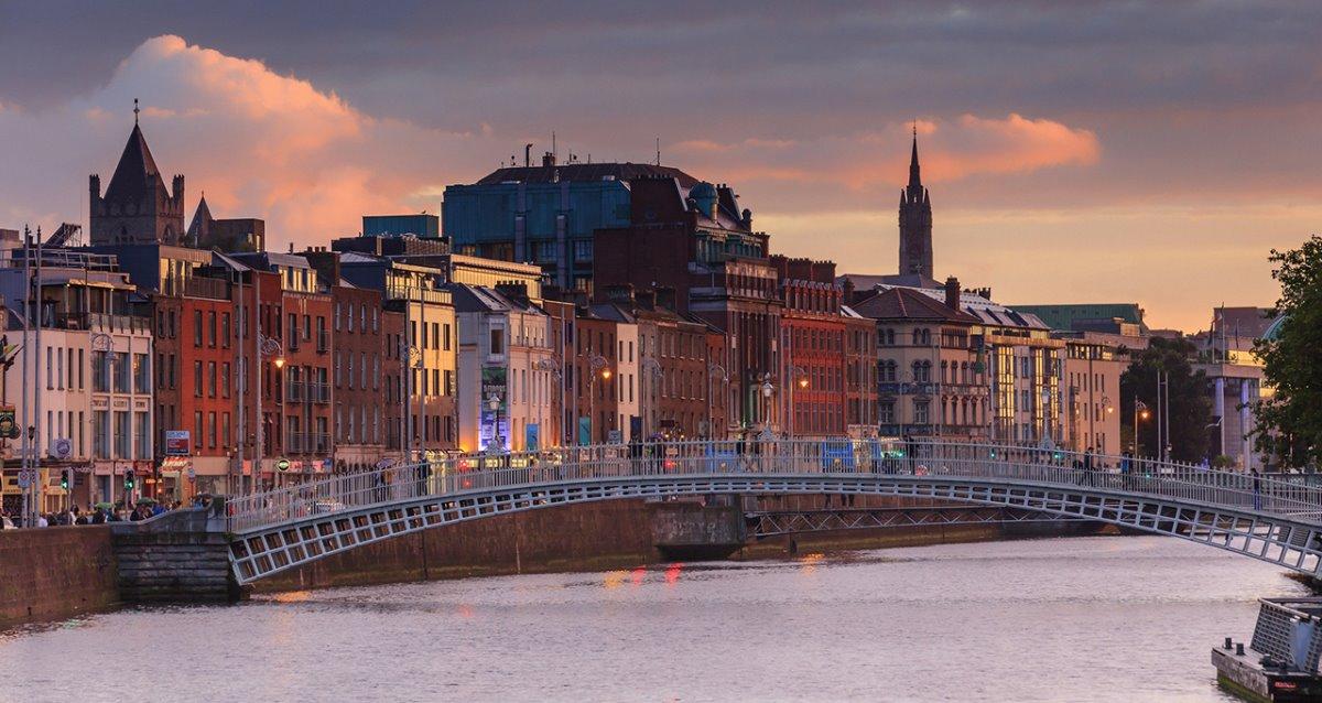 Δουβλίνο φτηνή πτήση Ryanair γέφυρα το σούρουπο