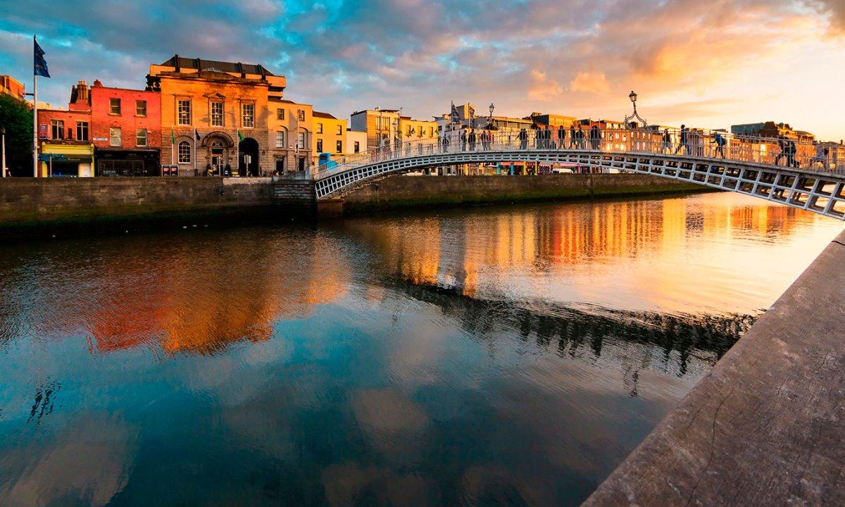 Δουβλίνο φτηνή πτήση Ryanair κεντρική γέφυρα φωτισμένη