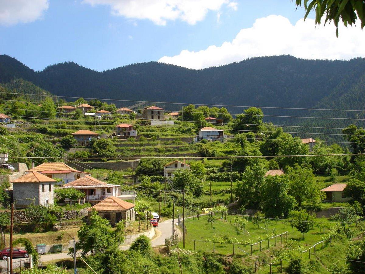 Ελατού ορεινή ναυπακτία όμορφο χωριό μέσα στο πράσινο