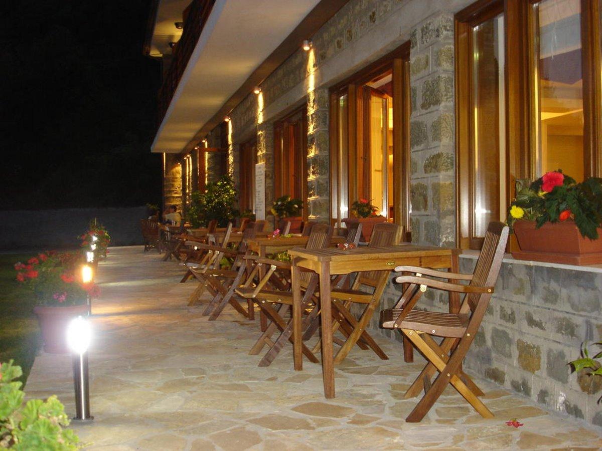 Ελατού ορεινή ναυπακτία ξενώνας η Ελατού βεράντα νύχτα