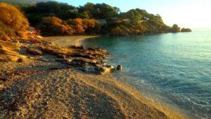 Η ιδανική εκδρομή για μπάνιο για να παίρνετε ιδέες! Μια όαση με χρυσή αμμουδιά, διάφανα νερά και μόλις 45 λεπτά από την Αθήνα!
