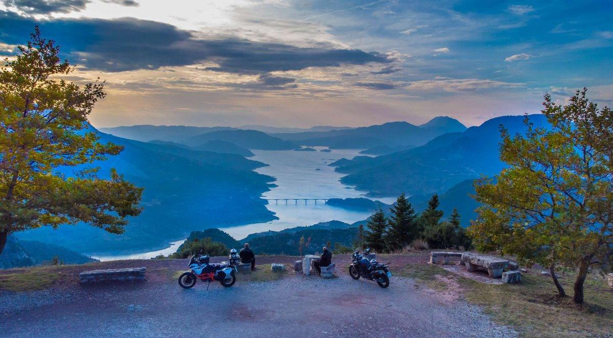 Υπέροχη θέα προς λίμνη από χωριό Φιδάκια Ευρυτανίας