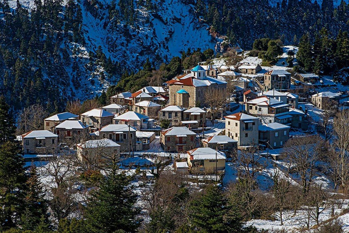 Το χιονισμένο χωριό Φιδάκια στην Ευρυτανία