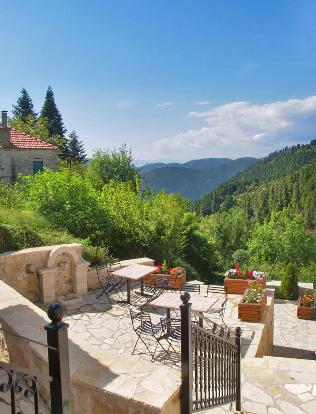 Ο ξενώνας Οιχαλία στο Χωριό Φιδάκια Ευρυτανίας στο μπαλκόνι με θέα