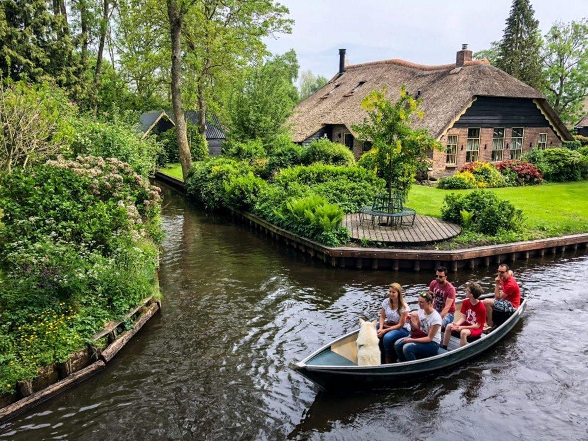 Giethoorn χωριό Ολλανδίας σπίτι σε ποτάμι βαρκάδα