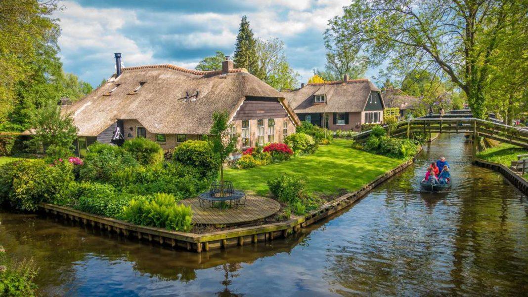 Giethoorn χωριό Ολλανδίας σπίτι σε ποτάμι