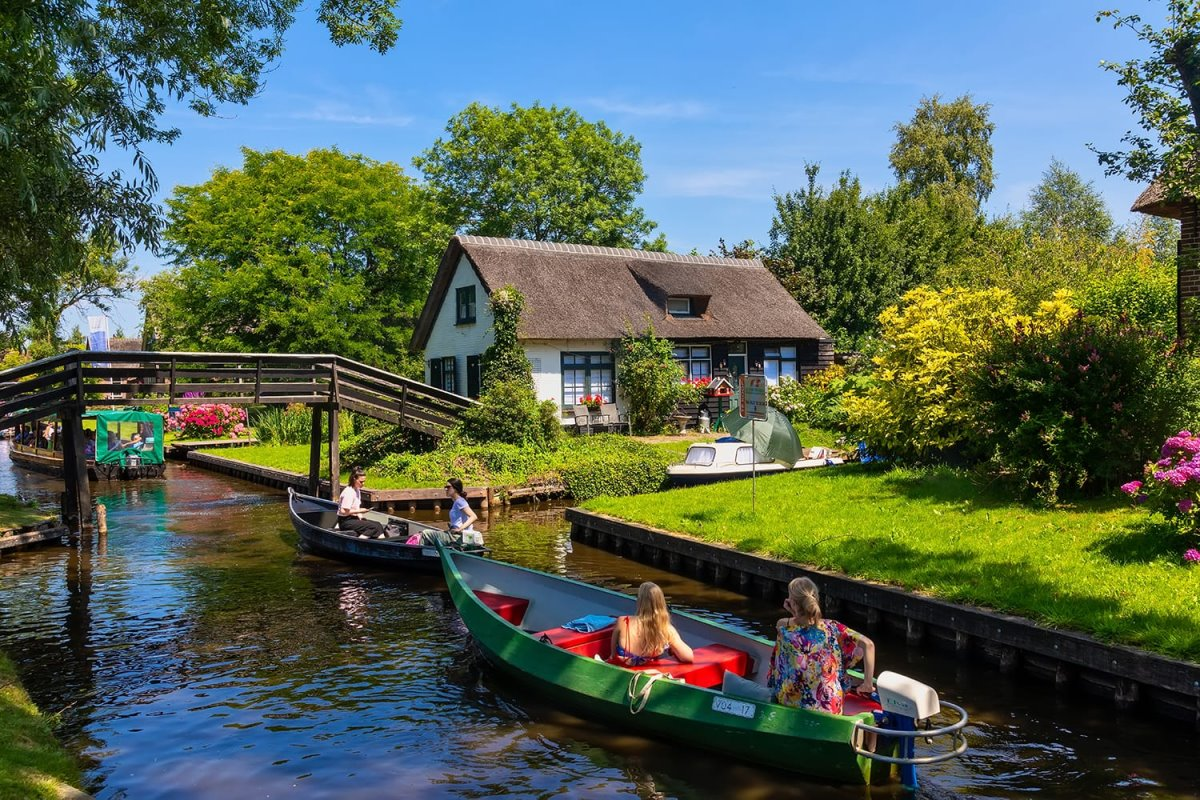 Giethoorn χωριό Ολλανδίας με κανάλια Βενετία της Ολλανδίας