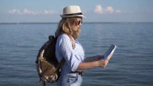 """Έρευνα: Οι τουρίστες επιλέγουν έντυπους χάρτες για τα ταξίδια τους! Για ποιο λόγο """"σνομπάρουν"""" την τεχνολογία;"""
