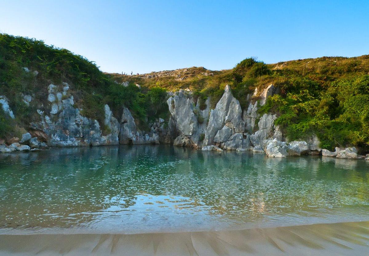 Gulpiyuri παραλία χωρίς τη θάλασσα πρασινογάλαζα νερά