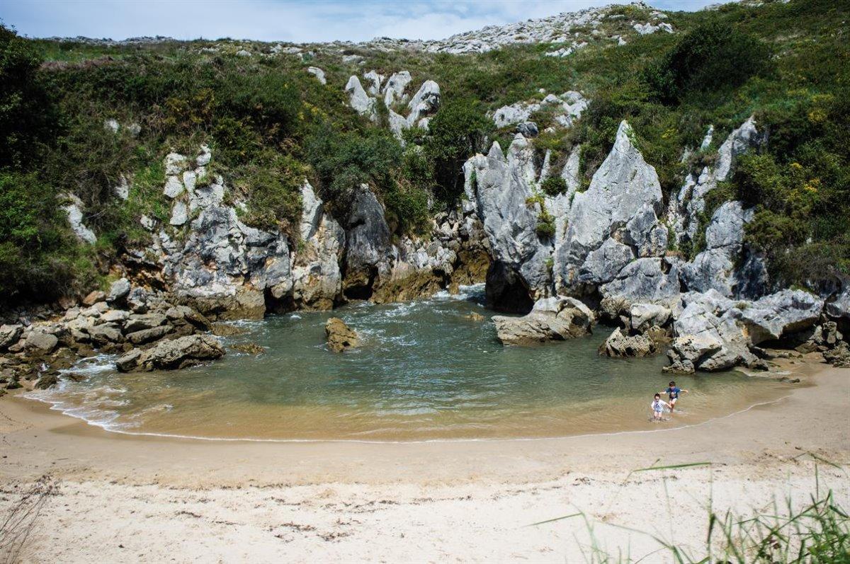 Gulpiyuri παραλία χωρίς τη θάλασσα παιδάκια στην ακτή