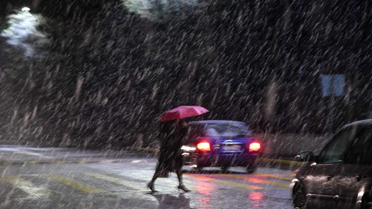 κίνηση στους βροχερούς δρόμους της Αθήνας