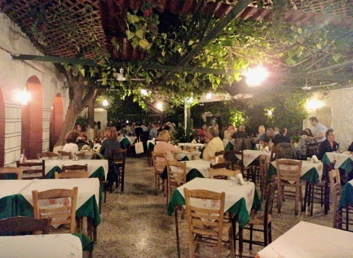 ιστορική ταβέρνα Αθήνα Καραβίτης κήπος