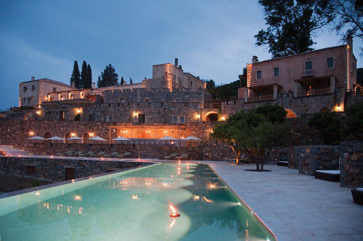 Kinsterna ξενοδοχείο κάστρο πισίνα το βράδυ