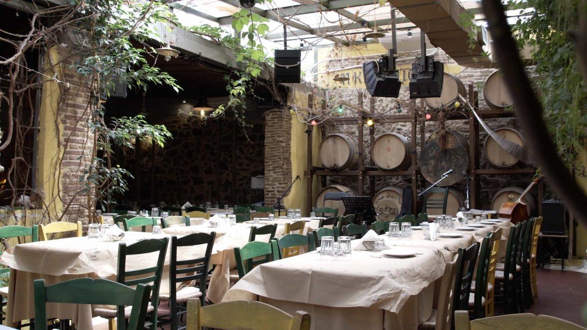 ιστορική ταβέρνα Αθήνα Κληματαριά αυλή