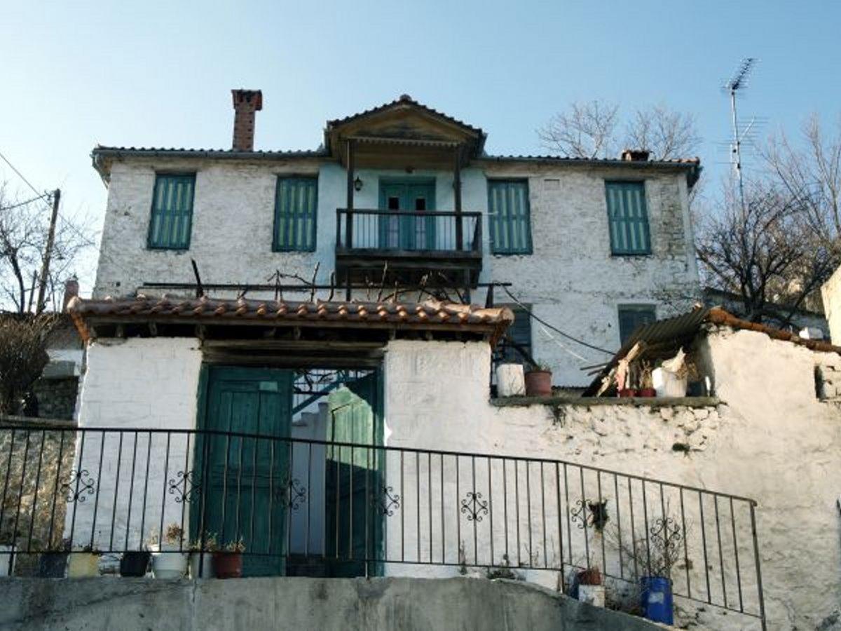 Η Κρανιά στα Γρεβενά με γραφικά σπίτια και όμορφο ξενώνα