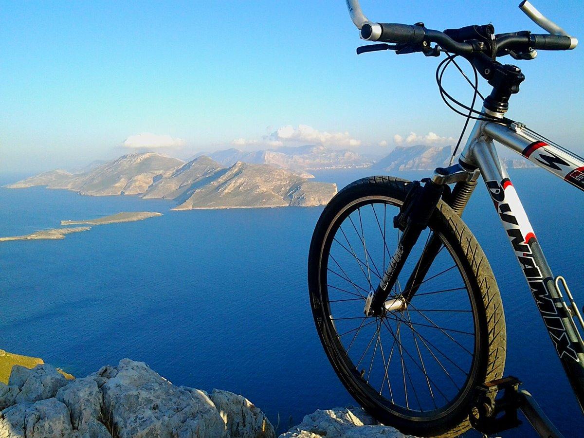 Λέρος ποδηλατικός προορισμός ποδήλατο φόντο θάλασσα