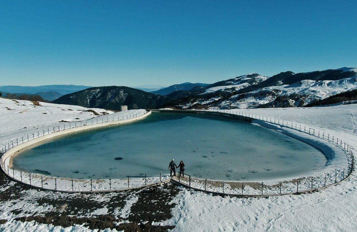 Λίμνη αγάπης Μέτσοβο μακρινή χιονισμένη
