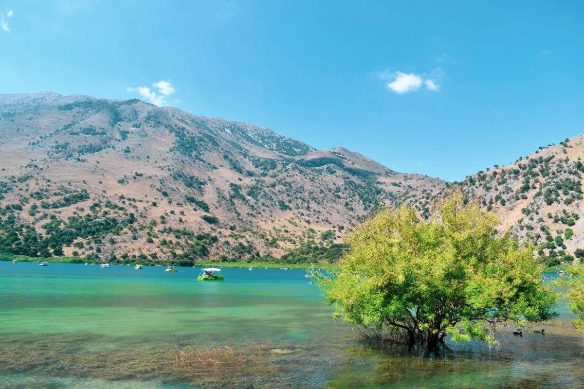 Λίμνη Κουρνά Κρήτη τιρκουάζ νερά κοντά σε ακτές