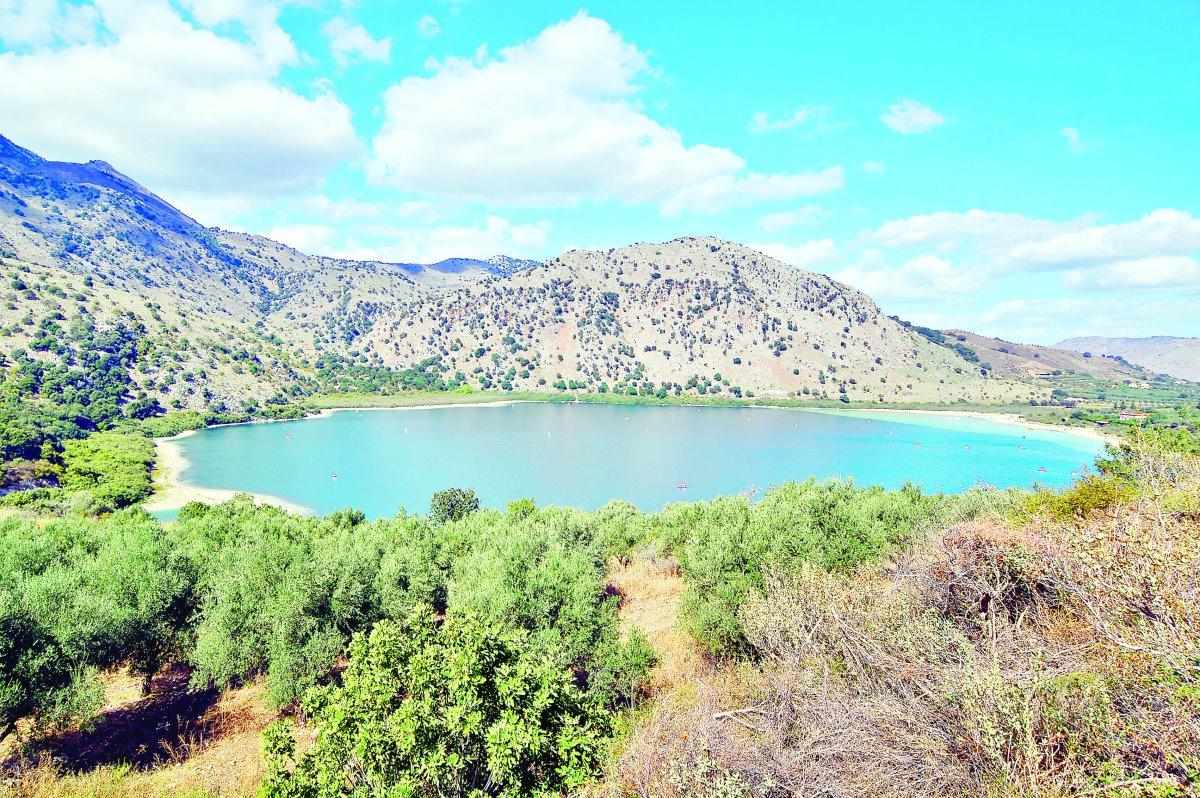 Λίμνη Κουρνά Κρήτη τιρκουάζ νερά το πρωί