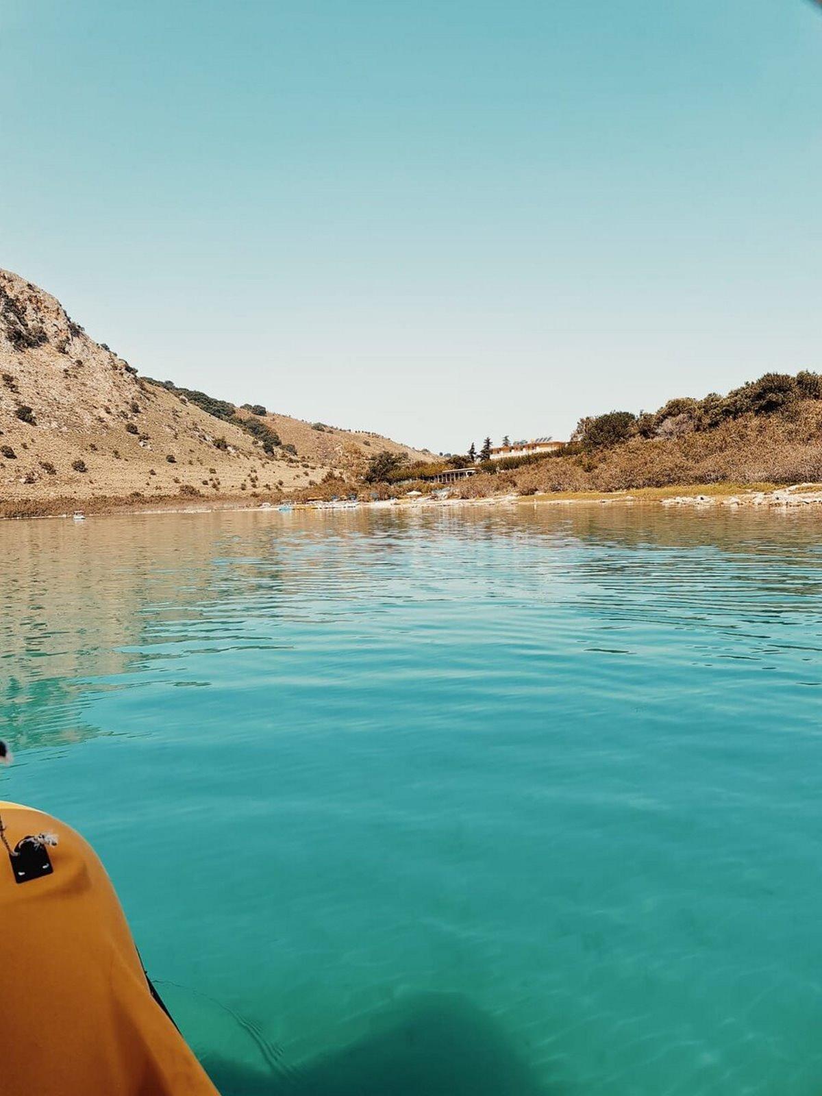 Λίμνη Κουρνά Κρήτη βαρκάδα με κανό στα τιρκουάζ νερά