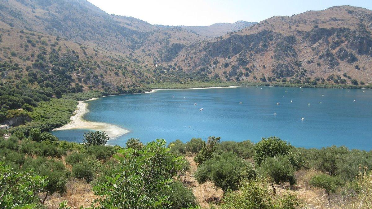 Λίμνη Κουρνά Κρήτη πανοραμική λήψη της μοναδικής φυσικής λίμνης με γλυκό νερό